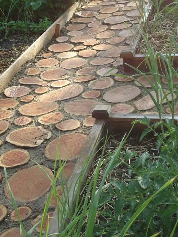 Merveilleux This DIY Backyard Walkway Was Created To Keep Little Feet Safe From Sharp  Objects In The Yard. It Is More Like A Slightly Raised Boardwalk, ...