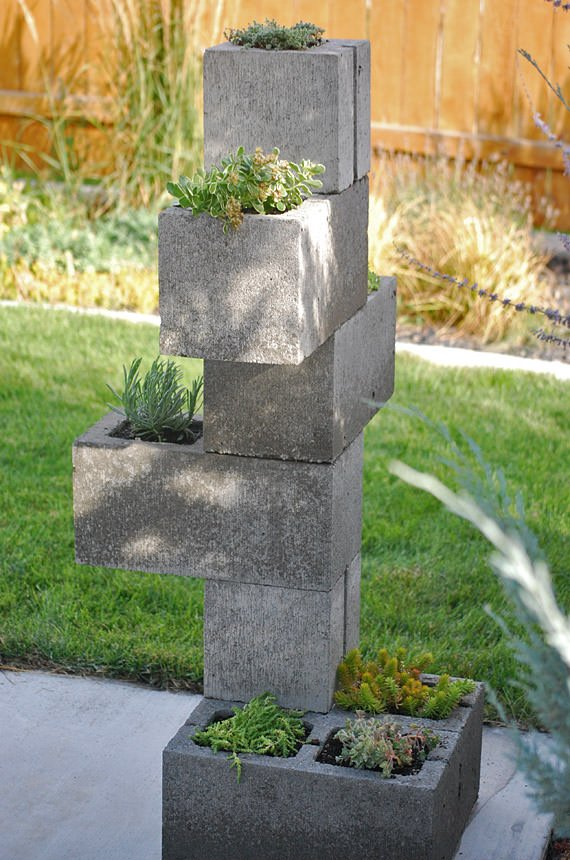 Diy cinder block vertical planter the garden glove for Bloque de cemento para jardin