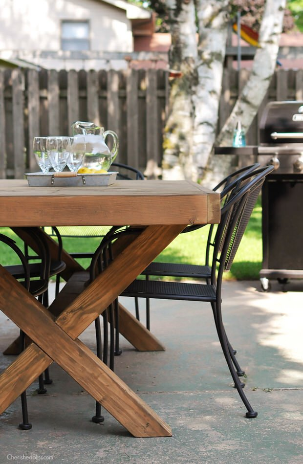 Diy outdoor dining table projects the garden glove for Cross leg table plans
