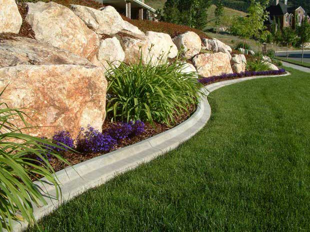 Beautiful classic lawn edging ideas the garden glove for Mulch border ideas