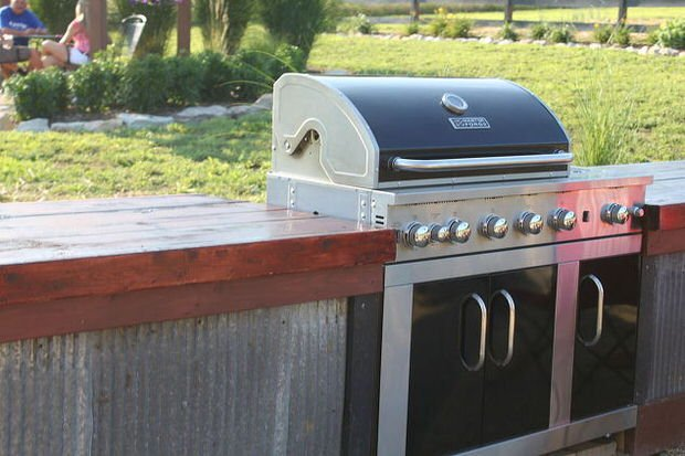 Diy outdoor kitchens and grilling stations the garden glove for Diy outdoor bar top